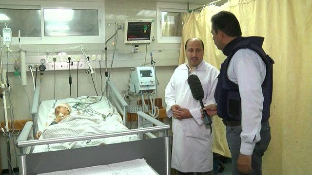 شهدي الكاشف وطبيب من مشفى الشفاء في غزة