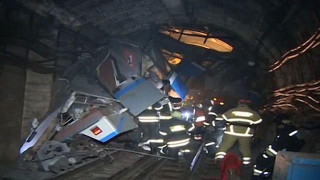 Equipes de resgate ainda tentam recuperar corpos em meio aos destroços do trem (BBC)