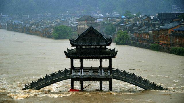 Chuvas deixam patrimônio histórico debaixo d'água em Fenghuang, na China (Getty)