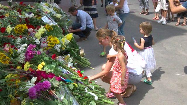 Импровизированный мемориал у посольства Голландии в Киеве