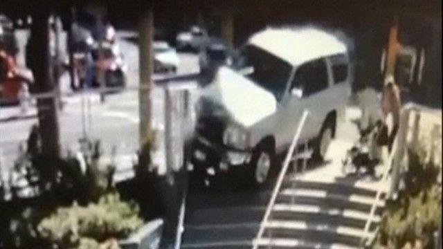 mulher e bebê escapam por pouco de acidente