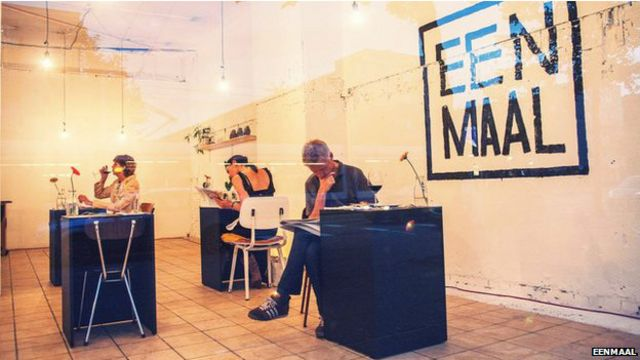 Restaurantes se adaptam para atrair clientes sozinhos