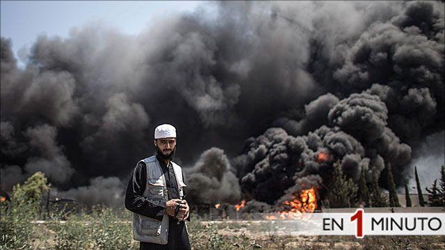 Palestino en fente de una instalación eléctrica en llamas