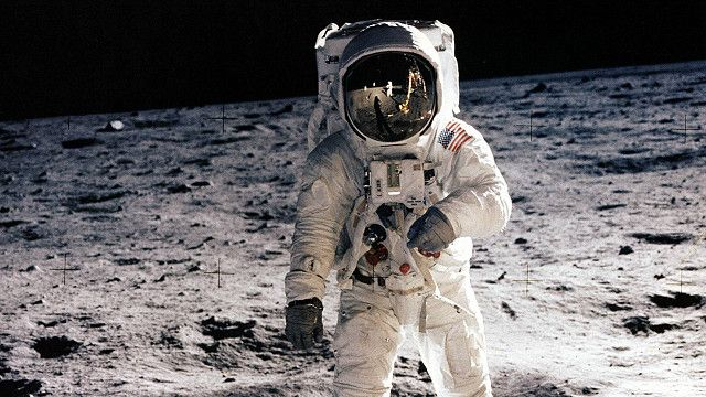 Astronauta del Apolo 11 en la Luna