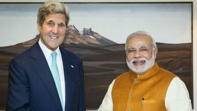 امریکہ کے وزیر خارجہ جان کیری بھارتی وزیر اعظم مودی کے ساتھ
