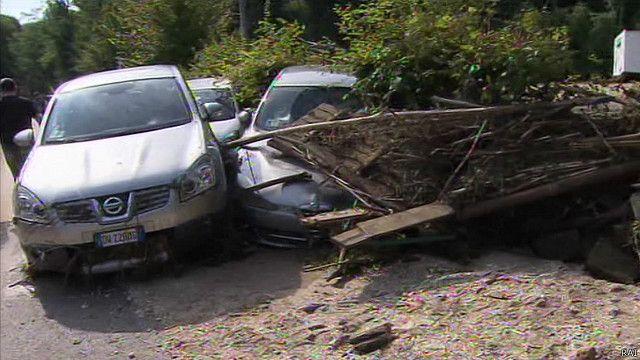 Carros destruídos em Refrontolo, Itália (RAI)