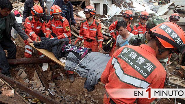 Equipos de rescate en China desentierran cuerpos entre los escombros