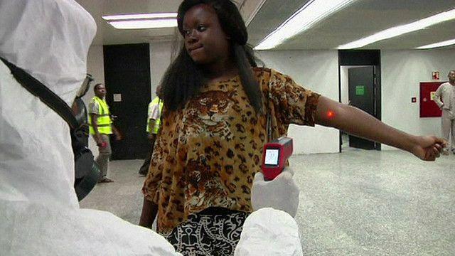 مواطنة ليبيرية تتعرض لفحص عن طريق الاشعة في احدى المطارات
