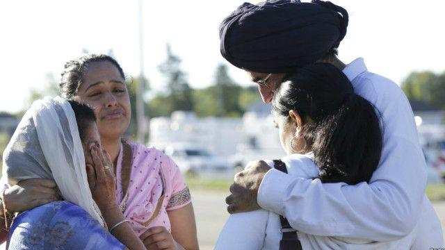 اووک کریک میں حادثے کے مقام پر کچھ افراد رو رہے ہیں