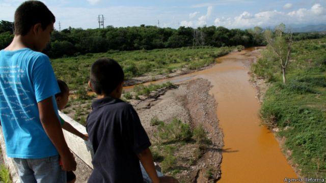 El derrame de ácido sulfúrico que tornó naranja al río Sonora en México