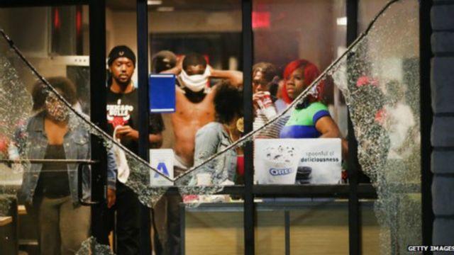 Ferguson'da öldürülen genç bir çok kez vurulmuş