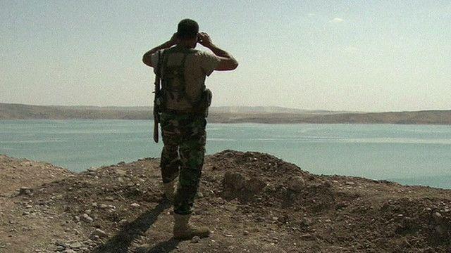 احد افراد البيشماركة يرصد سد الموصل
