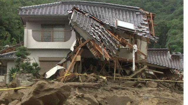 Thiệt hại do đất lở vì mưa lớn tại ngoại ô Hiroshima, Nhật Bản