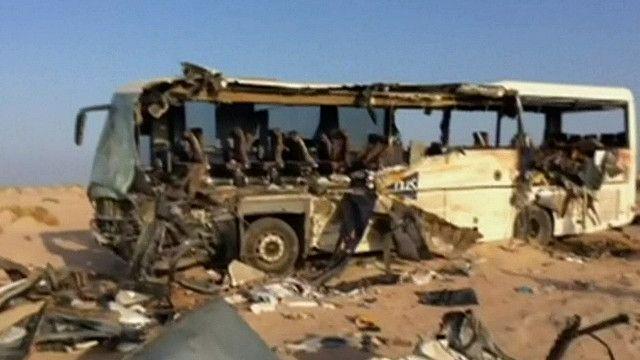 اثار الحادثة على حافلة في سيناء