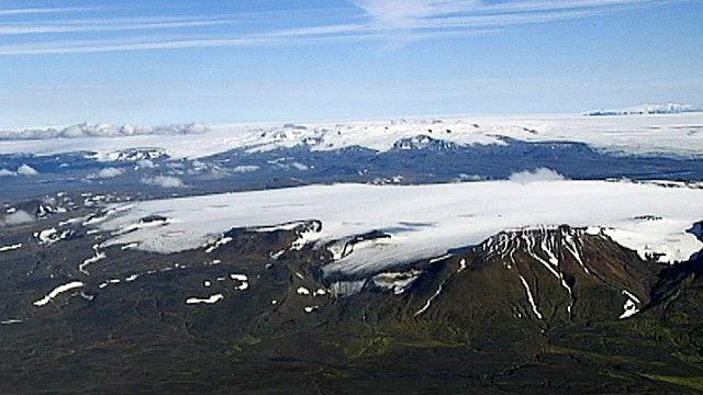 جبال مغطاه بالثلج في ايسلاند