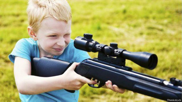 Por que os americanos ensinam filhos pequenos a atirar?