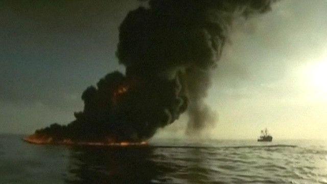نيران مشتعلة في بئر نفط في البحر