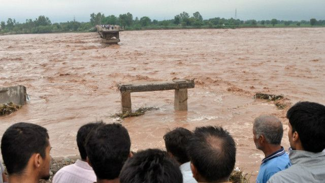 இந்தியா, பாகிஸ்தான் வெள்ள உயிரிழப்பு 375 ஆக உயர்வு