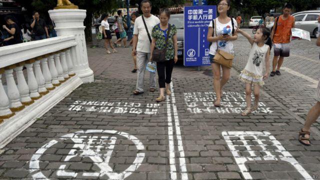 La vía exclusiva para peatones adictos al teléfono