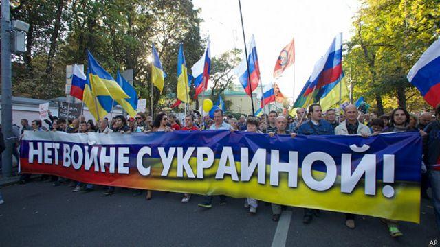 Miles de personas protestan en Moscú contra conflicto en Ucrania
