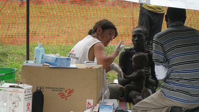 Abaganga ba MSF bariko bafasha umurwayi wa Ebola