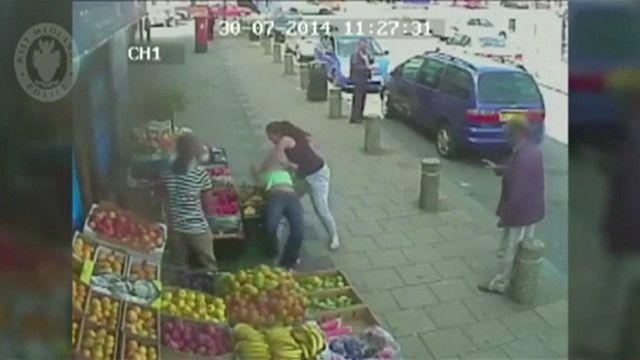 Mulher agride a outra depois de briga de trânsito (CCTV)