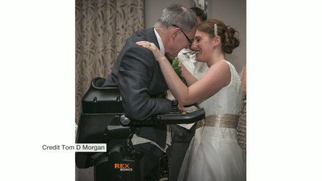 Cadeirante se levanta e faz discurso em casamento da filha