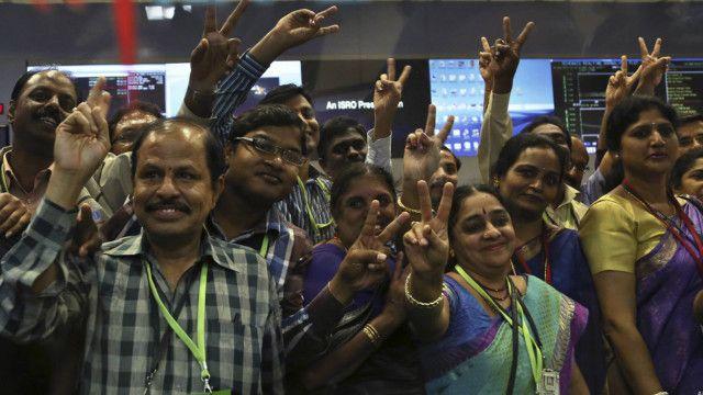 En jubilation, l'équipe de scientifiques indienne ayant oeuvré à la réussite de la mission spatiale indienne.