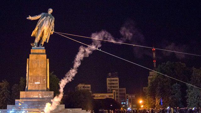 Kết quả hình ảnh cho tượng Lenin lãnh tụ bị sụp đỗ
