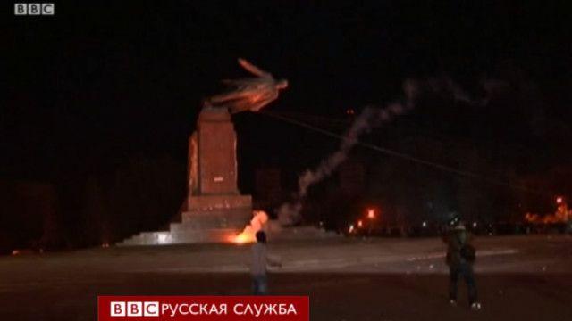 падающий памятник ленину