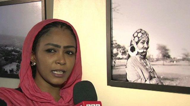 فتاة من زوار المعرض تتحدث عن المعرض