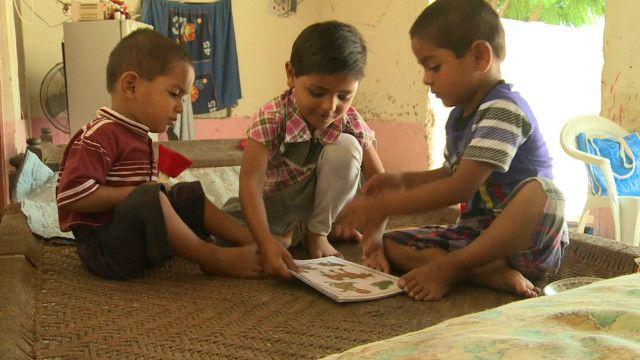 بچے کتاب پڑھ رہے ہیں