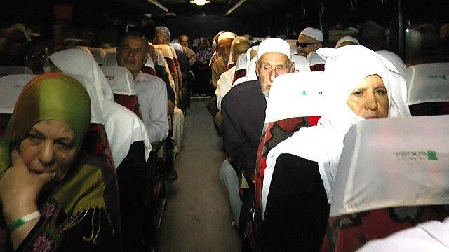 مواطنون غزويون داخل حافلة تقلهم الي الاقصى