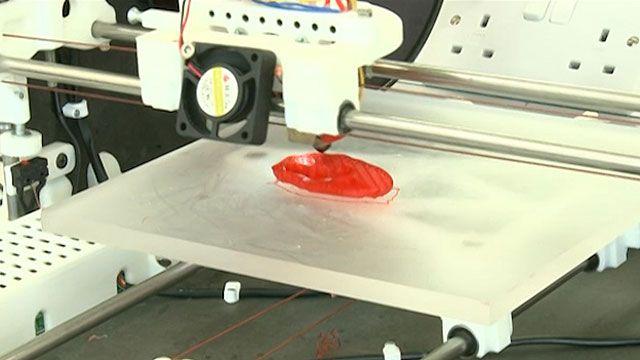 Orelha é impressa em um tipo de plástico e implantada no braço do paciente (BBC)