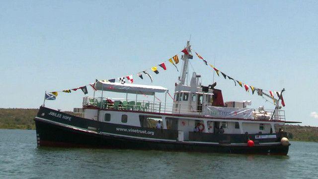 سفينة عبارة عن مستشفى نقال تعوم في بحيرة فيكتوريا