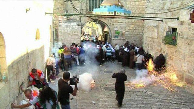 مواحهات بين الفلسطينيين والشرطة الاسرائيلية امام احد ابواب مسجد الاقصى