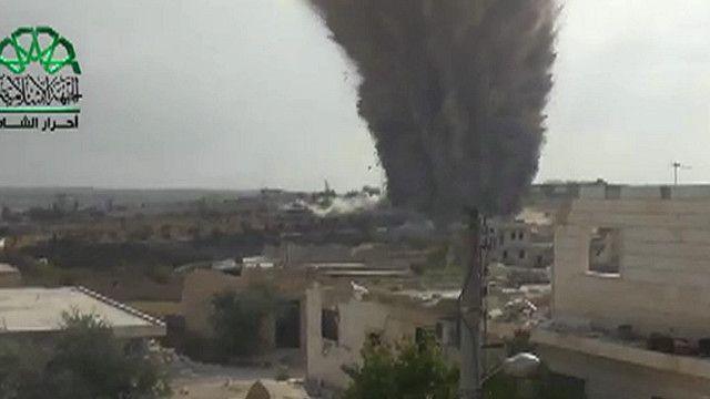 دخان يتصاعد اثر تفجير نفق في احدى البلدات السورية