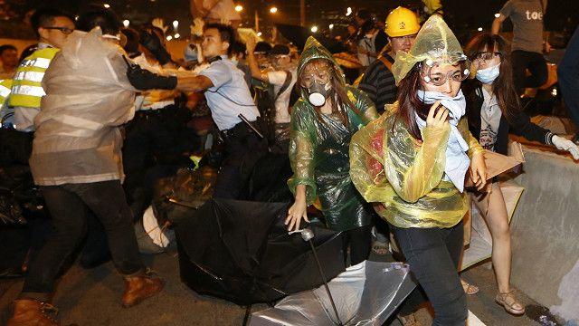 Polícia entra em confronto com manifestantes em Hong Kong no dia 14/10