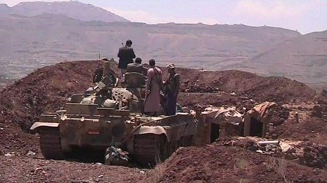 يمنيون على ظهر دبابة