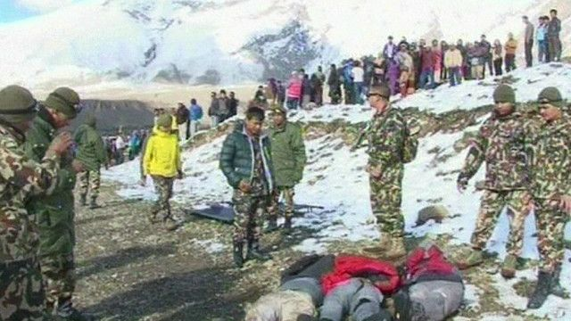 جنود نيباليون ومتسلقون في جبال الهيمالايا