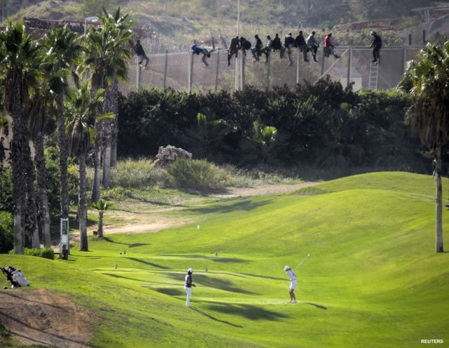 La contrastante imagen de los migrantes en la valla que separa a Marruecos y España