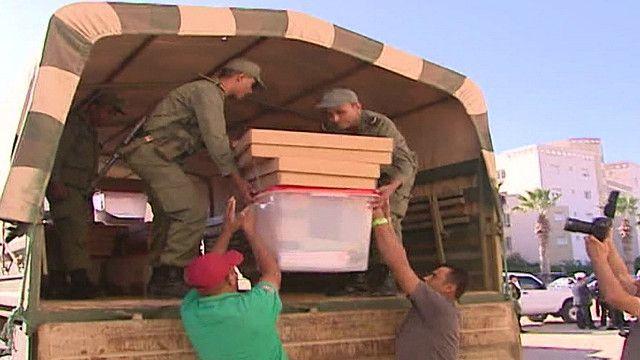 سيارة عسكرية تونسية تنقل صناديق اقتراع
