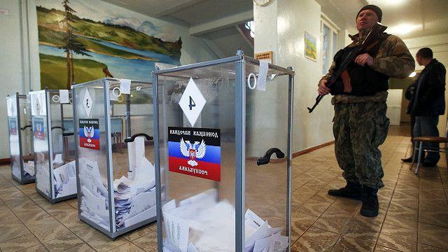 Soldado separatista pro-ruso custodia las urnas