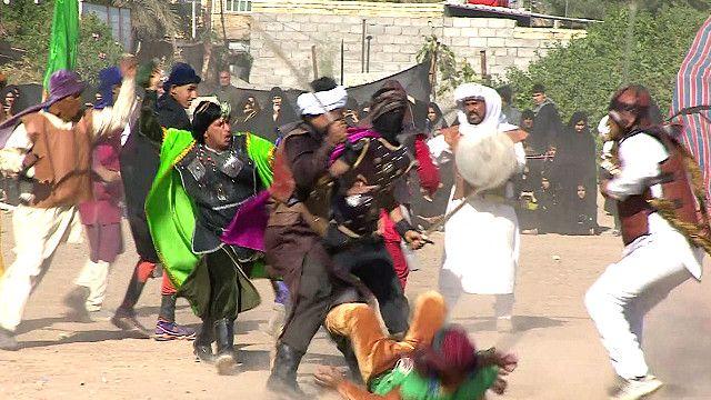 شباب شيعة يحتفلون يذكرى عاشوراء