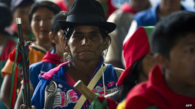 ¿Cómo indígenas colombianos le hacen frente a las FARC con latigazos?