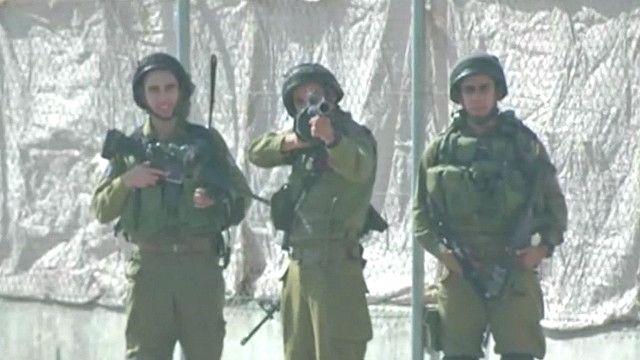 3 جنود اسرائيلين يصوبون اسلحتهم