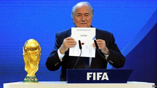 """""""صفقة سرية"""" بين قطر وبلاتر بشأن استضافة كأس العالم 2022"""