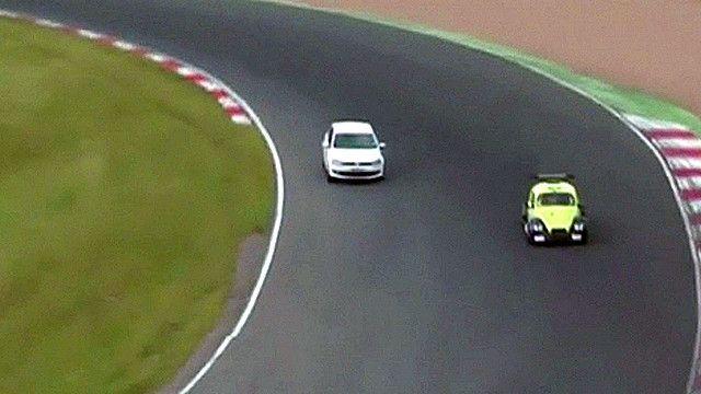 Jack Cottle lái xe vào đường đua xe hơi trong khi đang diễn ra một cuộc đua