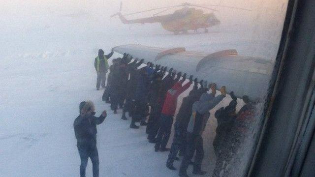 Đẩy máy bay bị đóng băng tại Siberia