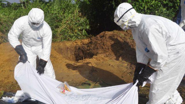 Mwili wa mgonjwa wa Ebola ukiondolewa eneo la tukio